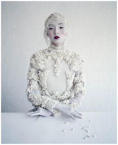 Asiatin mit Perlen