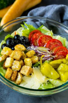 This Olive Garden salad recipe is a copycat of the restaurant favorite with tomatoes, olives, onion and croutons, all tossed with a creamy Italian dressing. Olive Garden Salad, Olive Garden Recipes, Olive Salad, Salad Dressing Recipes, Salad Recipes, Salad Places, Grilled Chicken Salad, Baked Chicken, Pasta Salad Italian