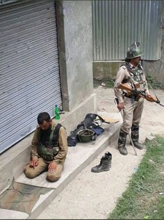 Hindu Cop Standing Guard As Muslim Comrade Offers Namaz Pak Army Quotes, Real Life Heros, Indian Army Special Forces, Indian Army Quotes, Pak Army Soldiers, Indian Army Wallpapers, Muslim Couple Photography, Best Army, Mother India