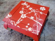 HOW TO PAINT AND STENCIL AN OLD WOOD TABLE A dated coffee table with a worn-out finish is transformed into an exciting focal point.