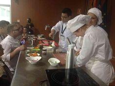 Asistentes al Congreso probando los platos de Luis Arévalo