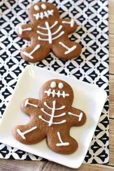 Halloween cookie idea used a gingerbread cutter - gluten free vegan gingerbread skeleton cookies Gluten Free Treats, Gluten Free Desserts, Gluten Free Recipes, Vegan Gluten Free Cookies, Vegan Recipes, Vegan Gingerbread Cookies, Gingerbread Men, Dulces Halloween, Halloween Treats