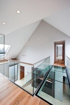Minimalistic villa with warm materials and chique atmosphere House Ceiling Design, Roof Design, House Design, Home Panel, Glass Structure, Bright Homes, Glass Floor, Interior Stairs, House Inside
