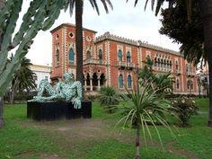 """Villa Genoese Zerbi  Appartenne alla famiglia del """"Governatore"""" Genoese Zerbi, il teorico della """"Grande Reggio"""" che nel 1927 accorpò alla città quattordici comuni della periferia. Il palazzo risale al 1925, e fu costruito sull'area dove sorgeva l'antica villa della famiglia Zerbi prima del 1860, sui modelli veneziani del sec. XIV, con archi in stile gotico."""