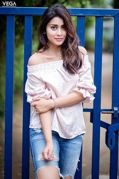 Tollywood Actress Shriya Saran Hot Pics In Toned Jeans And Pink Top. South Indian Actress, Beautiful Indian Actress, Beautiful Actresses, Hollywood Actress Pics, Hollywood Heroines, Bollywood Actress Hot, Bollywood Actors, Beautiful Girl Image, Beautiful Women
