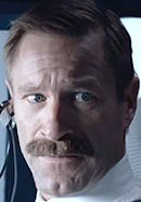 Aaron Eckhart as Co-Pilot Jeff Skiles. See pics of the real people behind the Sully movie characters: http://www.historyvshollywood.com/reelfaces/sully/