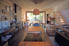 Una casa sustentable con detalles de diseño  La escalera conduce a un hall de…