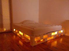 Grand lit construit avec 8 europalettes
