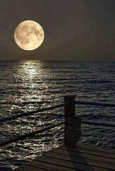 Fabulous Full Moon Photography To Keep You Fascinated - Bored Art Moon Moon, Luna Moon, Moon Rise, Big Moon, Crazy Moon, Stars Night, Good Night Moon, Stars And Moon, Night Light