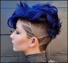 Midnight Blue ist eine wunderschöne Haarfarbe, die Frauen mit ... | Einfache Frisuren