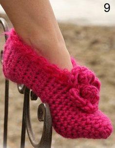 In questo post troverete ben 10 schemi gratuiti in italiano per realizzare bellissime pantofole all'uncinetto per rendere il vostro look unico e originale.