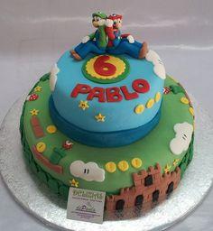 Pablo ya cumple 6 años y es experto en el videojuego de Mario Bros. En el interior, una exquisita tarta compuesta por bizcochos de vainilla y chocolate rellenos de nata y trufa. Como siempre, bien jugosas gracias al delicado almibar con que las bañamos. ¡Llámanos al 616849394, tenemos el mejor precio de Málaga! Paseo de Sancha 10, Málaga. www.depaulapasteleria.blogspot.com www.facebook.com/panaderiadeliziasdepaula www.tartasmalaga.net www.instagram.com/tartasmalaga