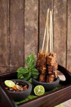 Cooking Tackle: Sate Tempe Indonesian sate tempe serves with spicy sweet sauce food design Sweet Sauce, Food Decoration, Halloumi, Indonesian Food, Mets, Snacks, Food Plating, Plating Ideas, Food Menu