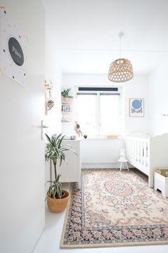 Binnenkijker in een duurzaam ingerichte babykamer #nursery #sustainable #babykamer #girl