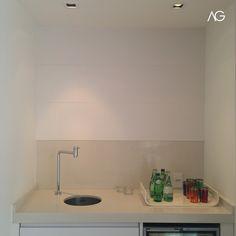 Suíte Master Copa de Apoio Bancada em Silestone Branco Zeus Painel Branco em Couro   Instagram: @agarquitetura Bathroom Lighting, Sink, Mirror, Furniture, Instagram, Home Decor, Silestone Countertops, Architecture Office, Master Suite