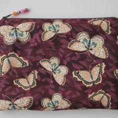 Pochette zippée , pochette de soirée ,  trousse à maquillage  tissu papillons violet