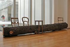 Tree trunk bench -Jurgen Bey. Debat over design: hoeveel stoelen kun je zagen uit een boomstam?