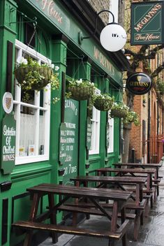 picnic tables outside mc glynn's free house, kings cross, london, england   foodie travel + pubs #storefronts