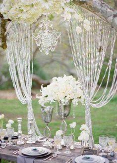 décoration de table mariage en plein air, fleurs blanches et rideau en strass