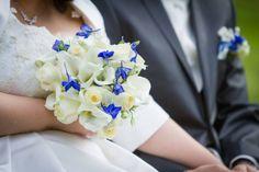 bouquet de la mariée, callas blancs et, fleurs des champs bleu roi, se marier dans manoir www.mariagedanslair.fr
