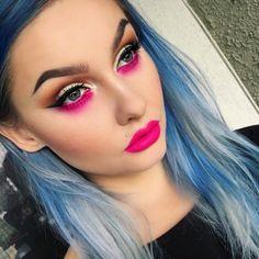 Chica con un maquillaje amarillo y sombras bajo los parpados de color rosa