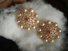 Gold Jhumka Earrings, Indian Jewelry Earrings, Jewelry Design Earrings, Gold Earrings Designs, Gold Jewellery Design, Beaded Jewelry, Gold Jewelry Simple, Jewelry Patterns, Siri