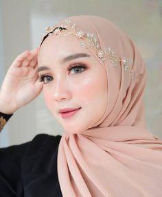 Login Benhard provides a wide range of modern Muslim hijabs online. Shop today for latest fashion Egyptian Headpiece, Vintage Headpiece, Floral Headpiece, Bridal Veils And Headpieces, Bridal Hair Updo, Headpiece Wedding, Wedding Veils, Muslimah Wedding Dress, Wedding Dresses