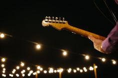 Bulbs ligths and music for a wedding in Tuscany