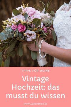 Nicht nur die Kleidung des Brautpaares kann von vergangenen Epochen inspiriert sein, auch die Location und Dekoration lassen sich mit ein wenig Vorstellungskraft und Planung im Vintage Stil zusammenstellen. So klappt die perfekte Vintage Hochzeit. #hochzeit