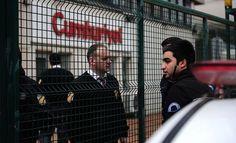 Policías turcos en el exterior del diario 'Cumhuriyet', en enero de 2015.