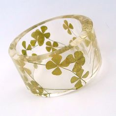 Size XXL Four Leaf Clover Resin Bangle. par SpottedDogAsheville