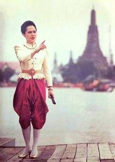 ทรงพระเจริญ King Phumipol, King Rama 9, King Of Kings, King Queen, Hm The Queen, Her Majesty The Queen, Thai Traditional Dress, Traditional Outfits, King Thai