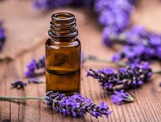 The Best Essential Oils to Add to Your Bath Routine — And How to Do It Safely Huile aux herbes … Essential Oils For Headaches, Essential Oils For Skin, Essential Oil Blends, Home Remedies For Acne, Acne Remedies, Natural Remedies, Essential Oils For Fibromyalgia, Aloe Vera, Pomegranate Oil