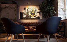 Butacas danesas de HAY y cuadro de Jean Michael Basquiat
