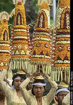 Indonesia, Bali, Gianyar, Pengastian ceremony, women carrying offerings