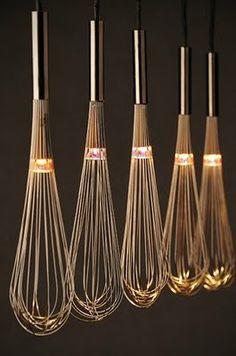 Lampe aus Schneebesen (Bild: http://styleitchic.blogspot.gr)