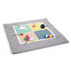 Ce tapis d'éveil Sensibul est moelleux, confortable, coloré et son tissu est très doux. Ce tapis accueille bébé pour de nombreuses activités. Ses motifs imprimés sont contrastés, ils attirent le regard du petit enfant. Il joue et s'éveille en y ajoutant les sets de hochets Sensibul qui peuvent même s'accrocher sur le pourtour du tapis. Ce tapis est facile et pratique à utiliser. Il est déhoussable et lavable. Son sac PVC est réutilisable pour le rangement et le transport. Allongé ou assis…