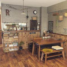 「 こんにちは♪ ダイニングテーブルの位置を戻しました。 狭いリビング、、やっぱりこの位置の方が広く感じます(。-_-。) #リビング#いなざうるす屋さん #板壁DIY #壁紙屋本舗 #コンクリート風壁紙 #流木#木箱#本棚DIY #ダイニングテーブル#unico #クッションフロア 」