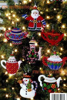 Bucilla ~ teteras ~ fieltro adornos de Navidad Kit. Este patrón de 2004 ha sido descontinuado así que si lo amas, por favor asegúrese de obtener una ahora antes de que no se dispone nuevos. Este kit incluye todo que lo necesario para completar todos los 8 adorable de 5 x 5 tea pot