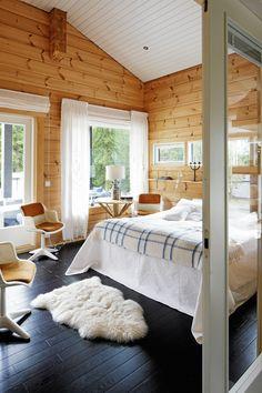 Mökin päädyssä on suuri makuuhuone, josta on käynti terassille ja pariovet aulaan. Pellavakaihtimien lisäksi ikkunoissa on pehmentävät brodeeratut sivuverhot.