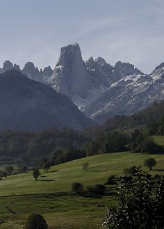 Naranjo de Bulnes, Picos de Europa  | Cantabria | Spain Great Places, Places To See, Beautiful Places, Asturias Spain, World Cities, Spain And Portugal, Berg, Spain Travel, Europe
