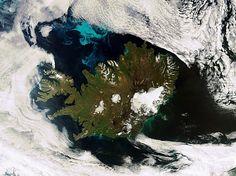 Esta imagem Envisat mostra-nos uma muito rara vista sem nuvens da Islândia. A grande área branca é um parque nacional que abrange o Glaciar Vatna - o maior da Europa - e terrenos adjacentes. A mancha branca circular no centro do país é Hofsjokull, terceiro maior glaciar do país, e seu maior vulcão ativo.