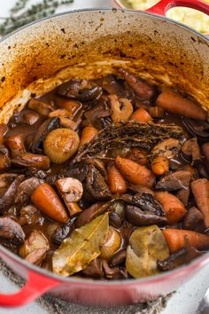 Mmushroom bourguignon is the ultimate hearty, comforting vegan stew (it's also surprisingly low calorie! A vegetarian version of the classic French dish. Mushroom Bourguignon, Mushroom Stew, Mushroom Recipes, Vegan Dinner Recipes, Vegan Dinners, Vegetarian Recipes, Cooking Recipes, Vegetarian Stew, Vegan Stew
