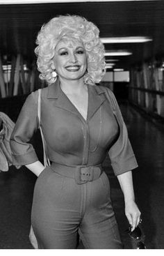Dolly Parton With a hip size of Dolly's's body measurement, in general, is given as in. She has blond hair, green eyes, and meets up to almost everything that a lot of people would consider as extremely beautiful. Dolly Parton Young, Actrices Sexy, Hollywood, Hello Dolly, Country Singers, Country Music, Celebs, Celebrities, Woman Crush