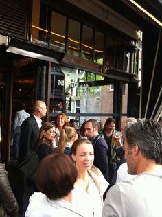 De Witte Aap, verkozen tot beste bar in de wereld in 2009! Het is hier altijd druk en iedere zaterdag zijn de beste DJ's van Rotterdam hier te vinden. Aan de muur pronken elke maand nieuwe kunstwerken van opkomende en/of gevestigde namen. Lekker borrelen en genieten van het zonnetje, of gezellig samen in de kroeg staan onder het genot van goede muziek.