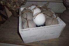 9 BOULES DECO EN LIN ET COTON ANCIEN SUR PETIT COUSSIN DANS CASIER EN BOIS PATINE IVOIRE : Accessoires de maison par ambiance-v-et-m