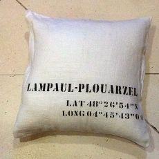 "Coussin 45X45cm ""LAMPAUL-PLOUARZEL Latitude/Longitude"". Couleurs assorties."