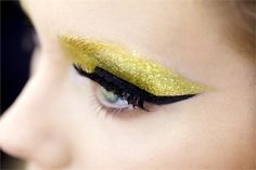 7 Liquid Eyeliner Application Tips. I also really enjoy this eye makeup! Dior Makeup, Love Makeup, Runway Makeup, Makeup Pro, Flawless Makeup, Make Up Looks, Looks Cool, Beauty Secrets, Beauty Hacks