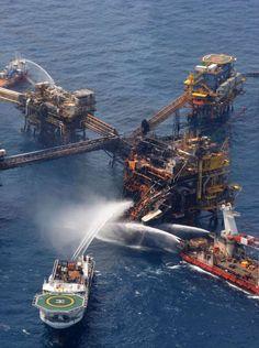 (Pemex), buques de emergencia trabajan para apagar un incendio en la plataforma petrolera Abkatun-A  © The Associated Press