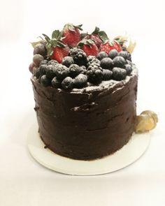 Bolo de chocolate com recheio de ganache de frutas vermelhas e doce de leite e frutas vermelhas